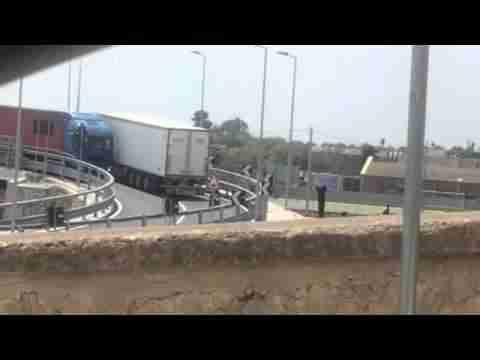 Cavalcaferrovia: due Tir bloccati sul ponte. Il video amatoriale