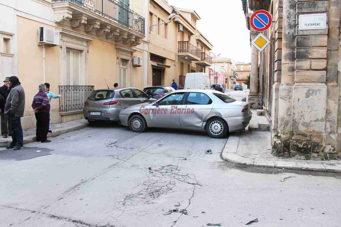 """Non si ferma allo """"Stop"""", provoca incidente multiplo e scappa"""