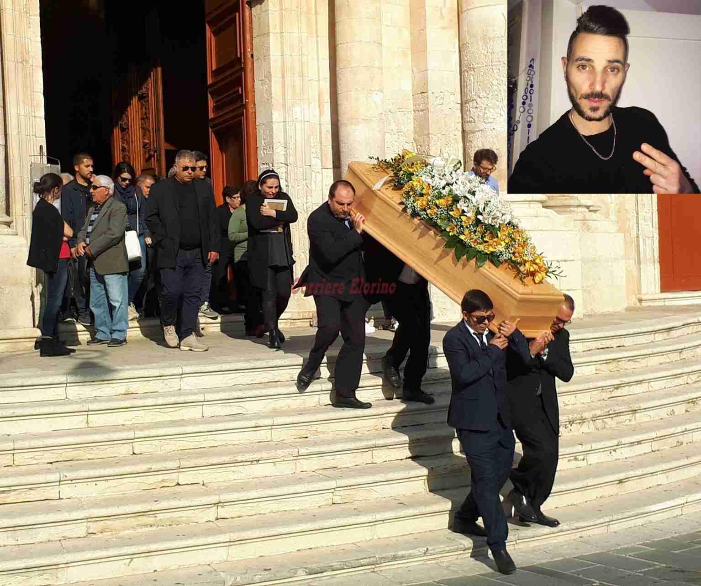 Lacrime nell'ultimo saluto al giovane Carmelo Passarello