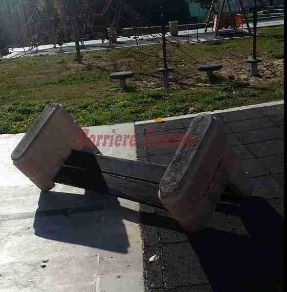 Mancanza di rispetto per il bene pubblico, ennesimo atto vandalico al Parco Giovanni Paolo II
