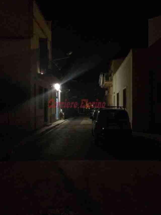 """Da due mesi con le prolunghe per farsi luce nella """"buia"""" via Marsala, Gerratana (Pd): """"Amministrazione incapace di garantire l'essenziale"""""""