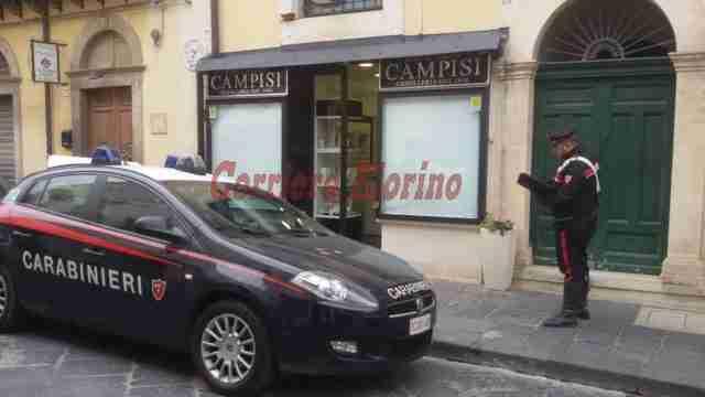 Noto, infrangono vetrina di una gioielleria, i Carabinieri fermano due donne