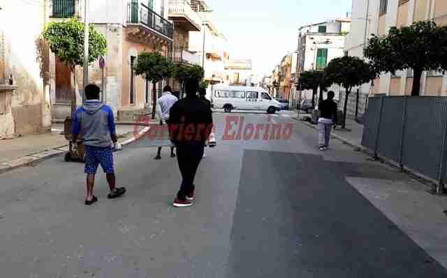 """""""Non ci sono i soldi per lo smontaggio"""", a togliere le transenne in via Manzoni ci pensano i migranti"""