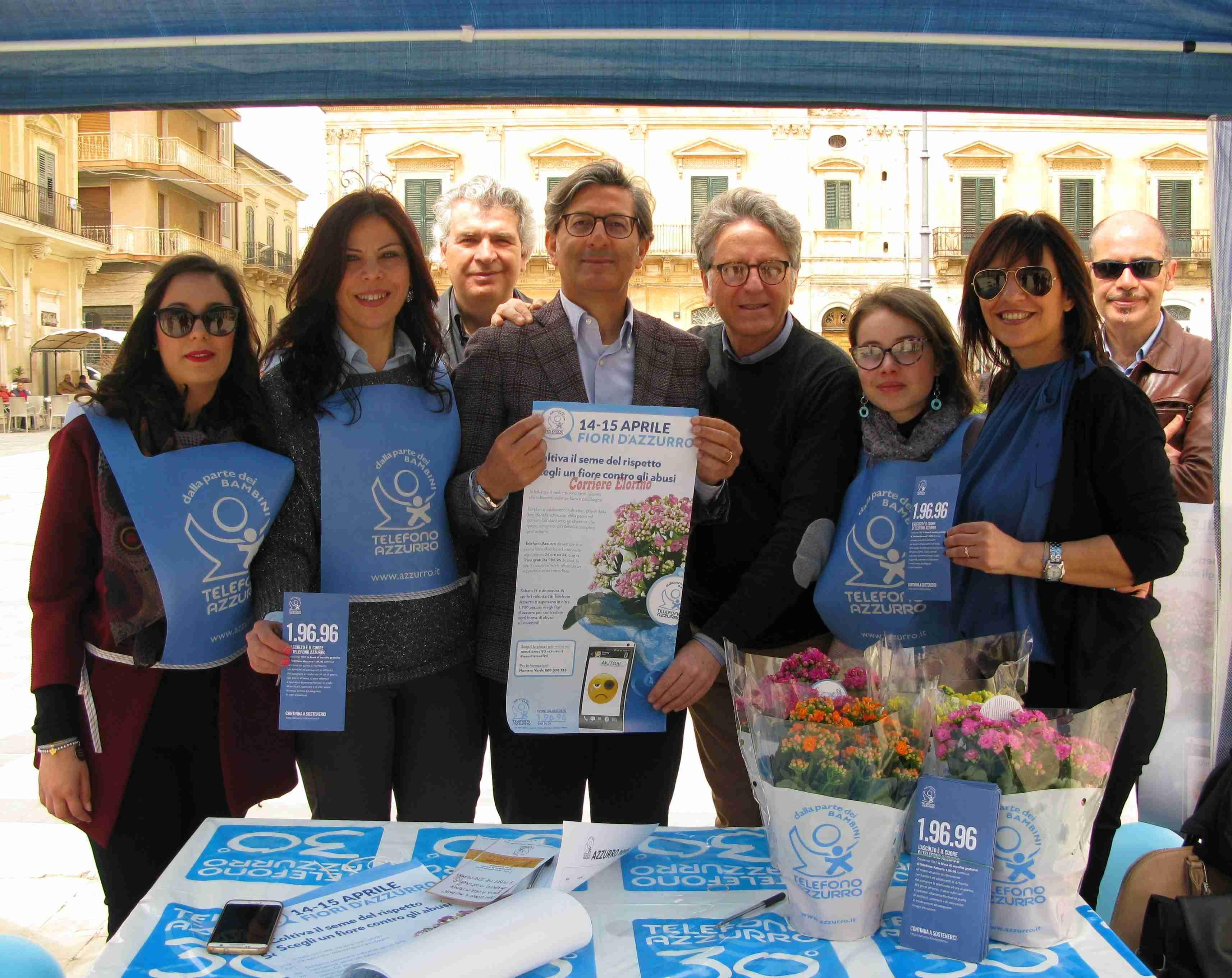 L'Associazione Arcobaleno oggi in piazza insieme a Telefono Azzurro. Un fiore contro gli abusi