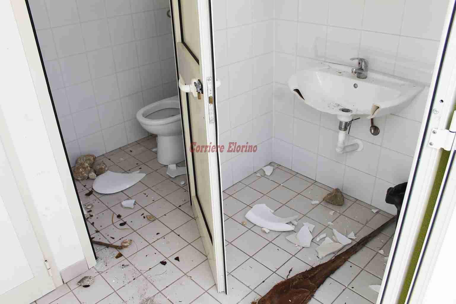 """Rispetto """"zero"""" per il bene pubblico, vandalizzati i bagni del parco Giovanni Paolo II"""