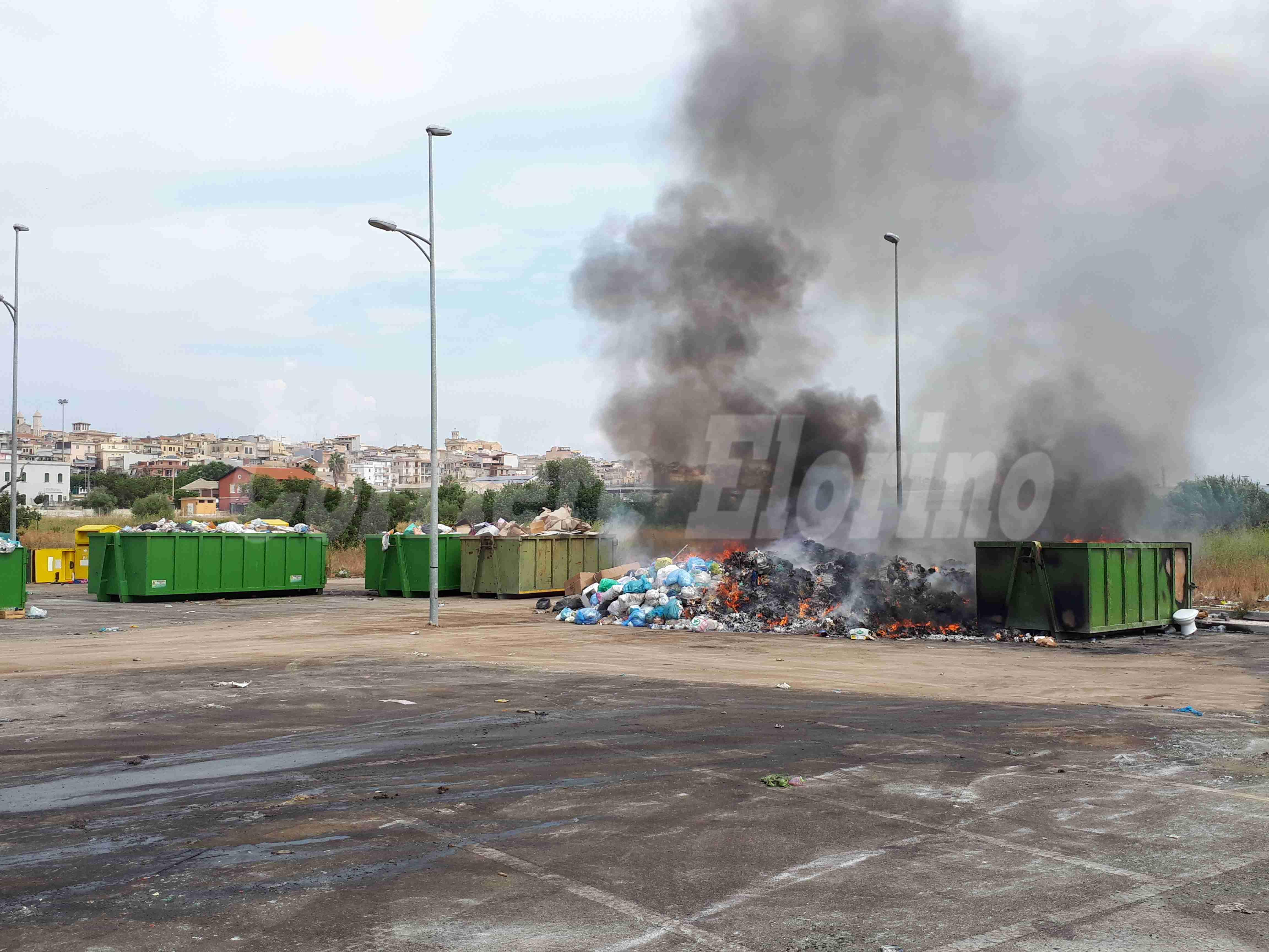 """L'area Pip trasformata in """"area spazzatura"""", continuamente in fiamme, e monta il caso politico"""