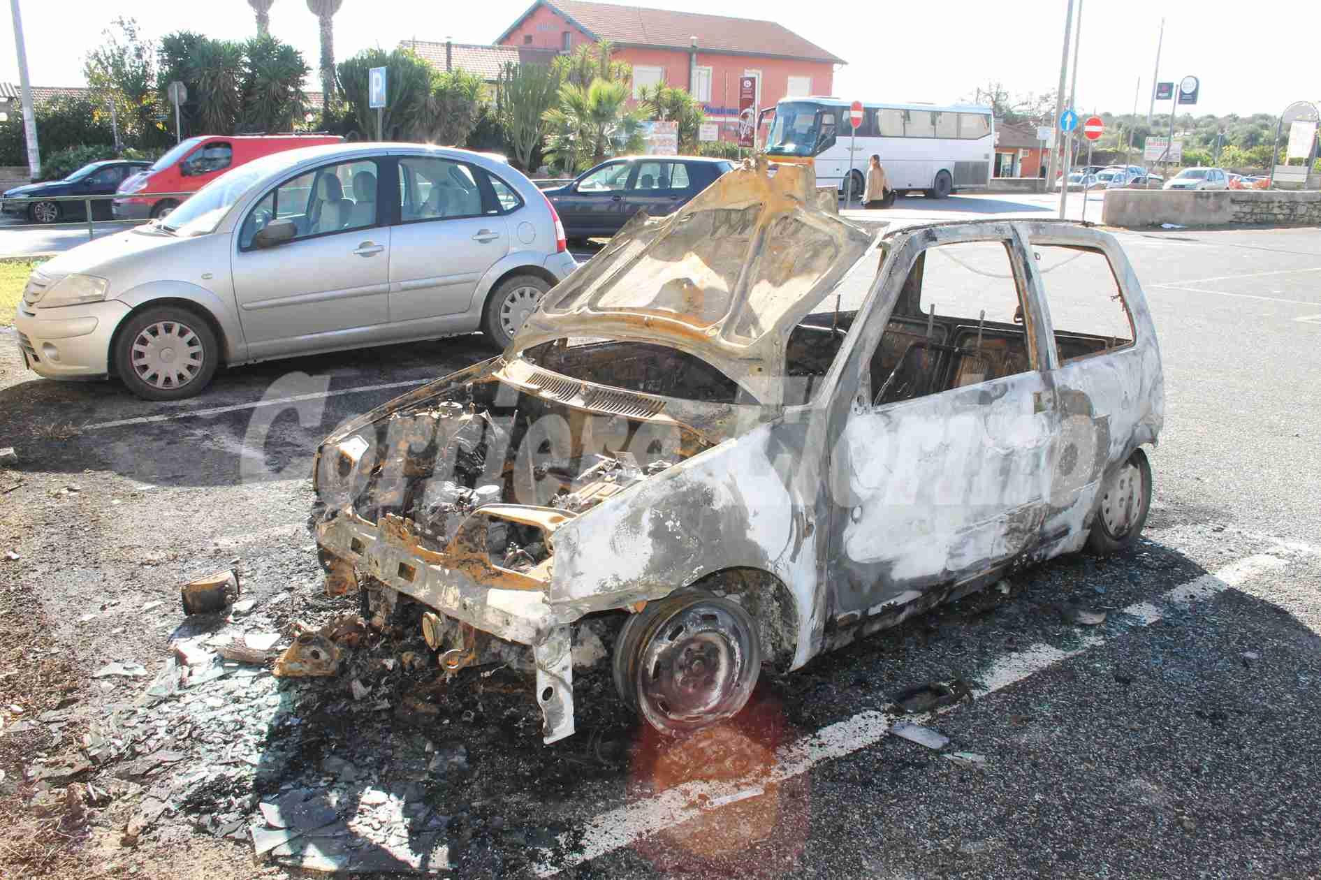 Carcassa di auto bruciata da un mese all'ingresso della città, che bigliettino da visita è per i turisti?