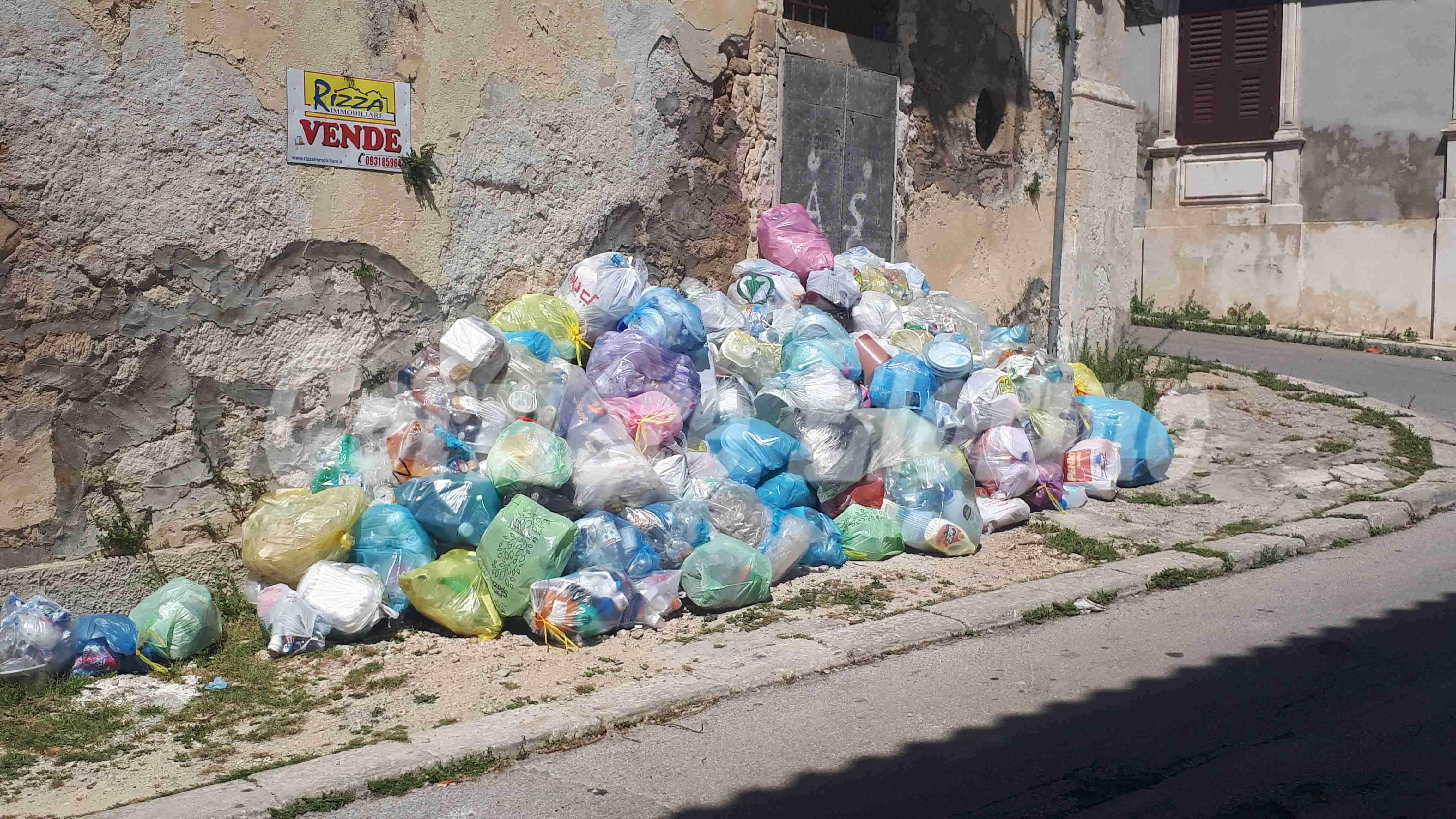 Cumuli di rifiuti, il sindacato diffida ditta e amministrazione