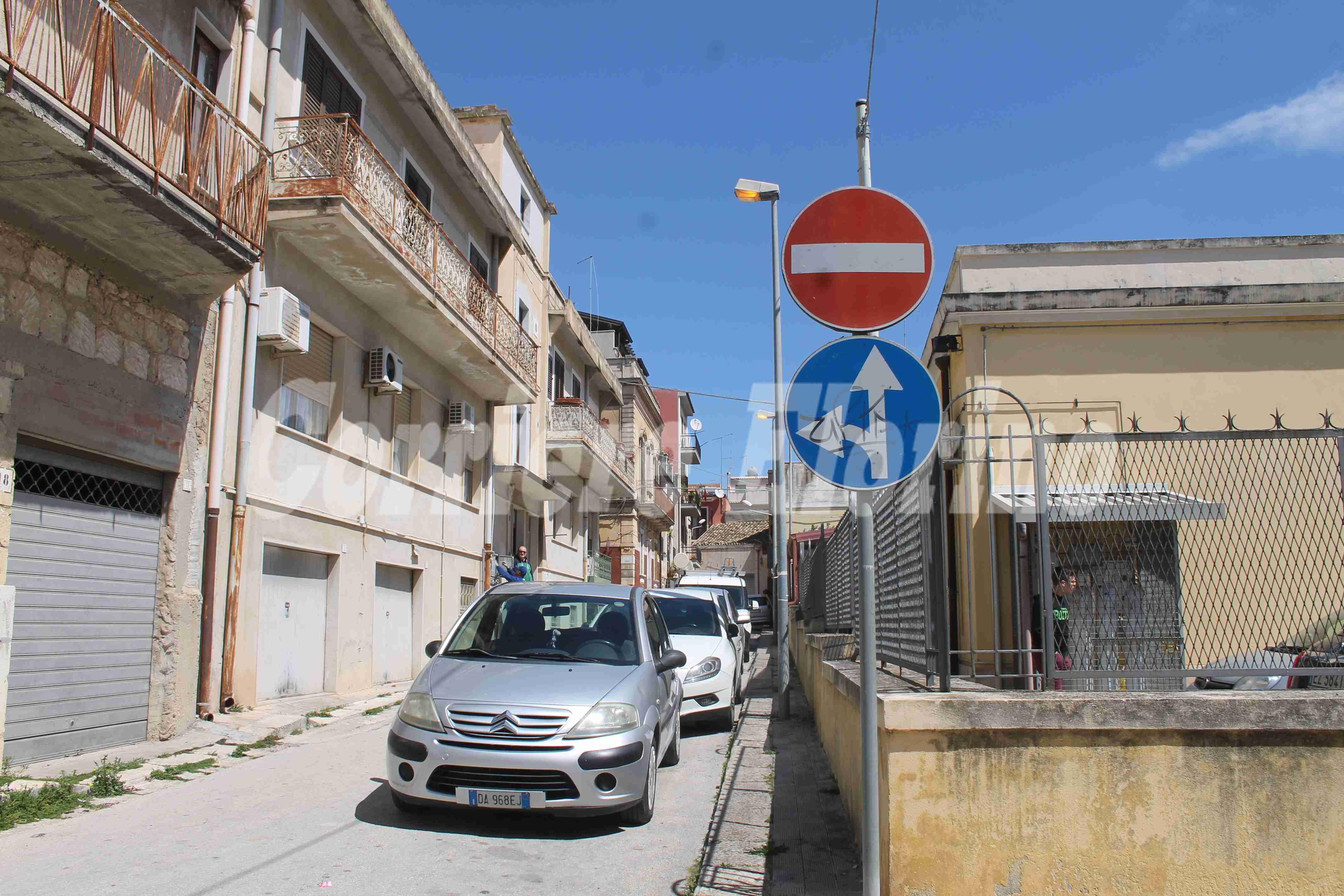 Segnaletica stradale con crisi d'identità in Via Verdi