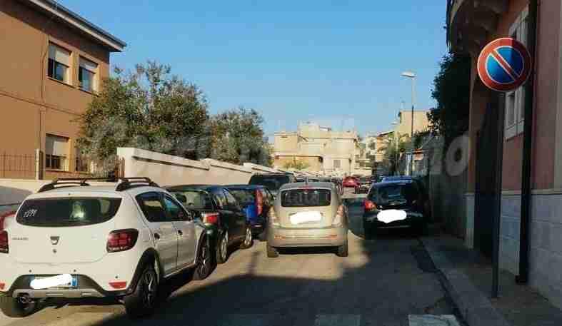 Parcheggio selvaggio davanti la scuola: appello ai vigili urbani