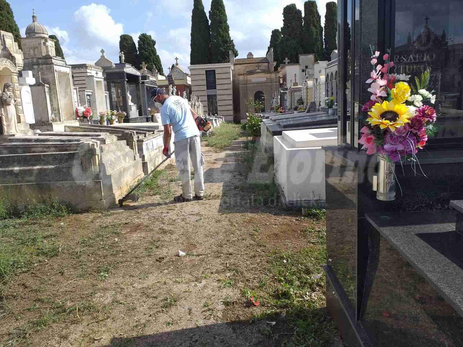 Partono i lavori di scerbatura al cimitero comunale