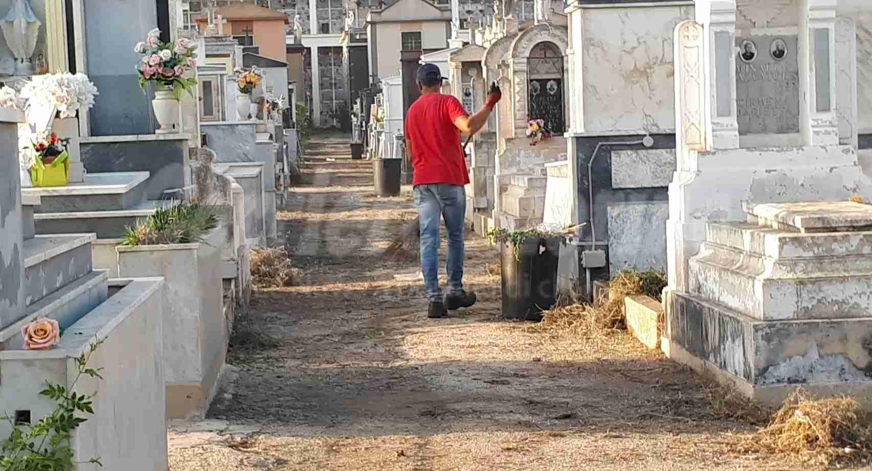 """Città Verde: """"Da domani puliremo tutto il cimitero a nostre spese"""""""