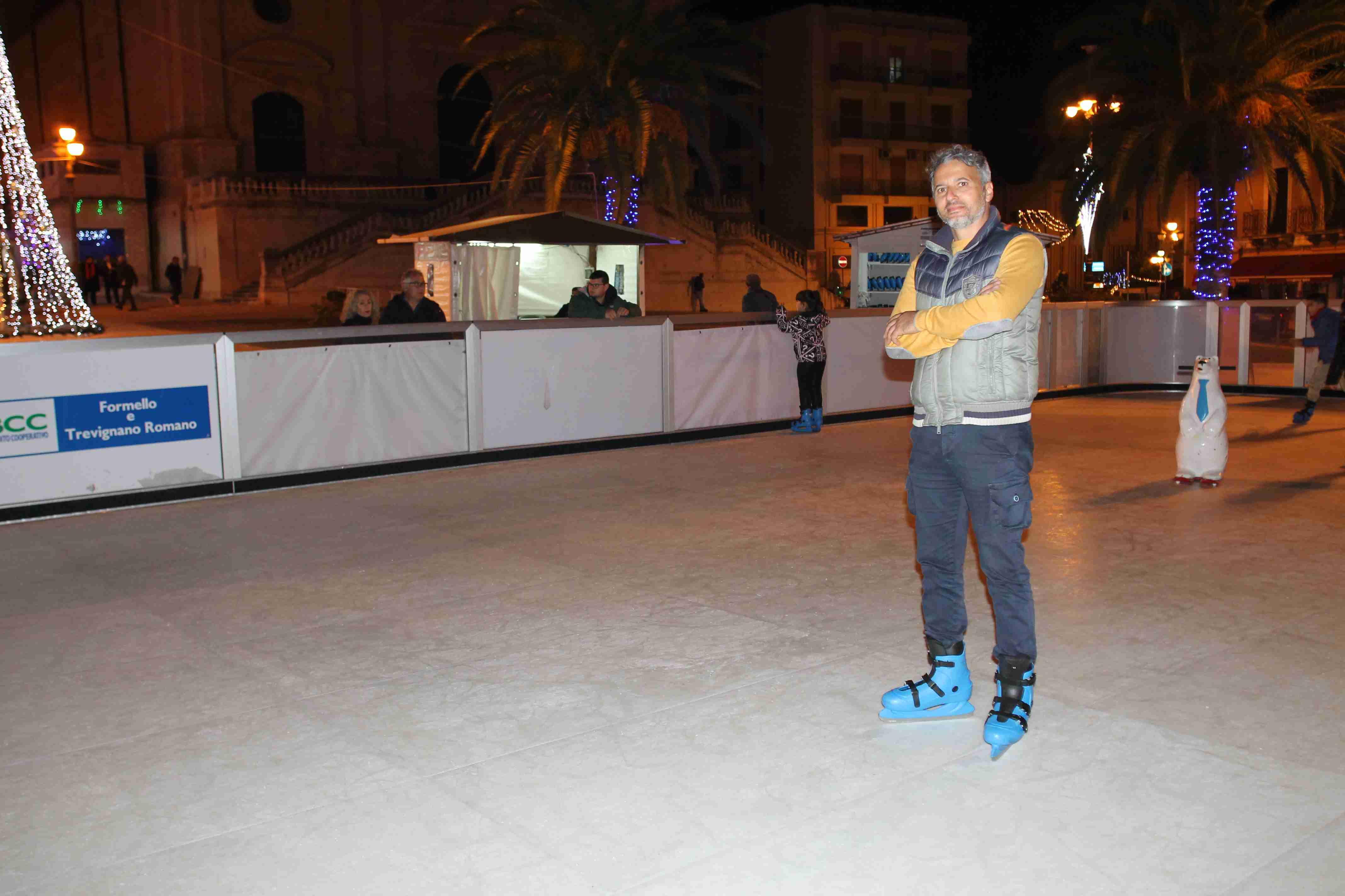 Ispica, la piazza diventa pista di pattinaggio con il ghiaccio eco sostenibile di Corrado Galazzo
