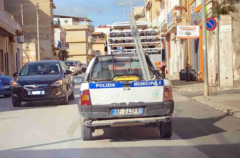 """Auto del Comune per le strade di Rosolini ma con assicurazione scaduta, il vice comandante: """"Ha la copertura"""""""