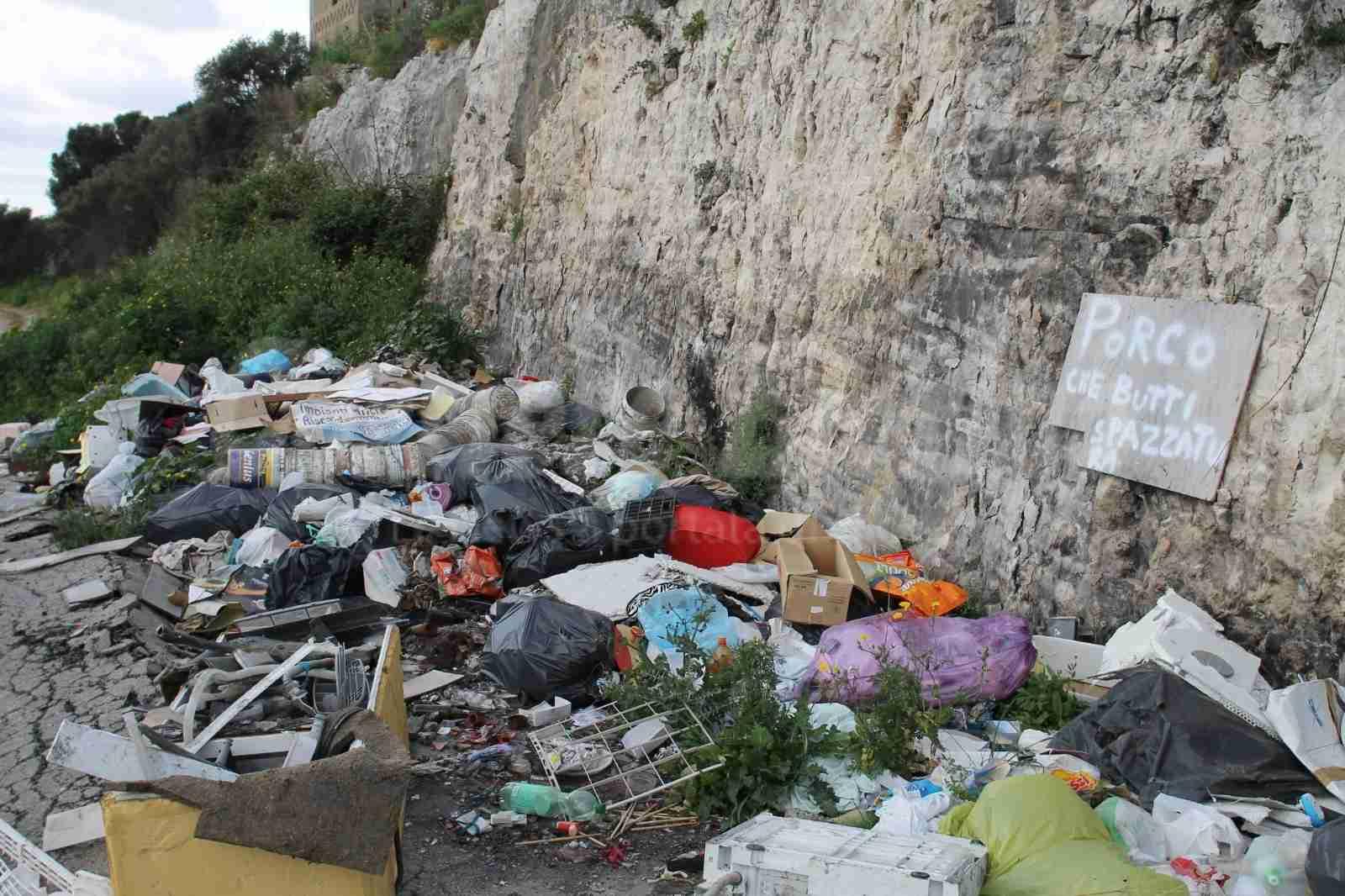 Contrada Tagliati immersa tra i rifiuti e quel cartello che ha ragione