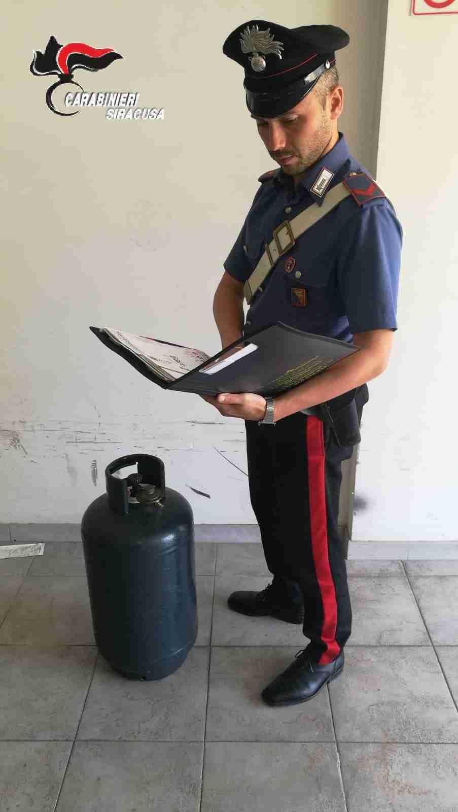 Dopo un litigio, minaccia un giovane con una bombola di gas: denunciato dai carabinieri