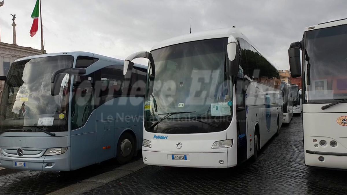 Coronavirus – Esclusi dagli aiuti del Governo: protestano gli autisti di bus turistici