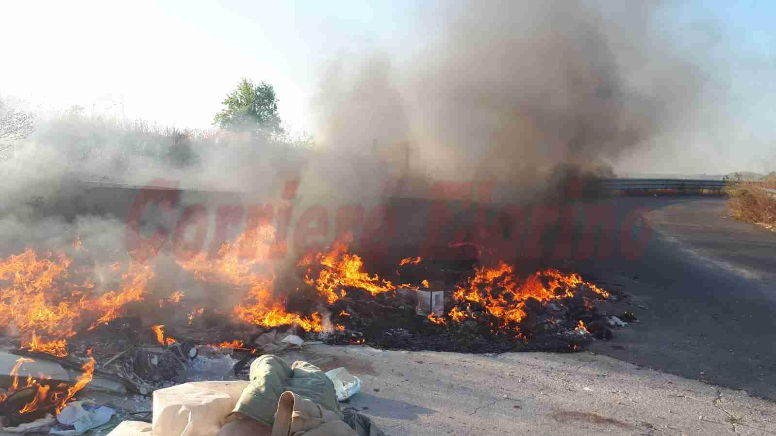 Roghi di rifiuti senza fine: ancora in fiamme l'immondizia delle Contrade della SP11 – IL VIDEO