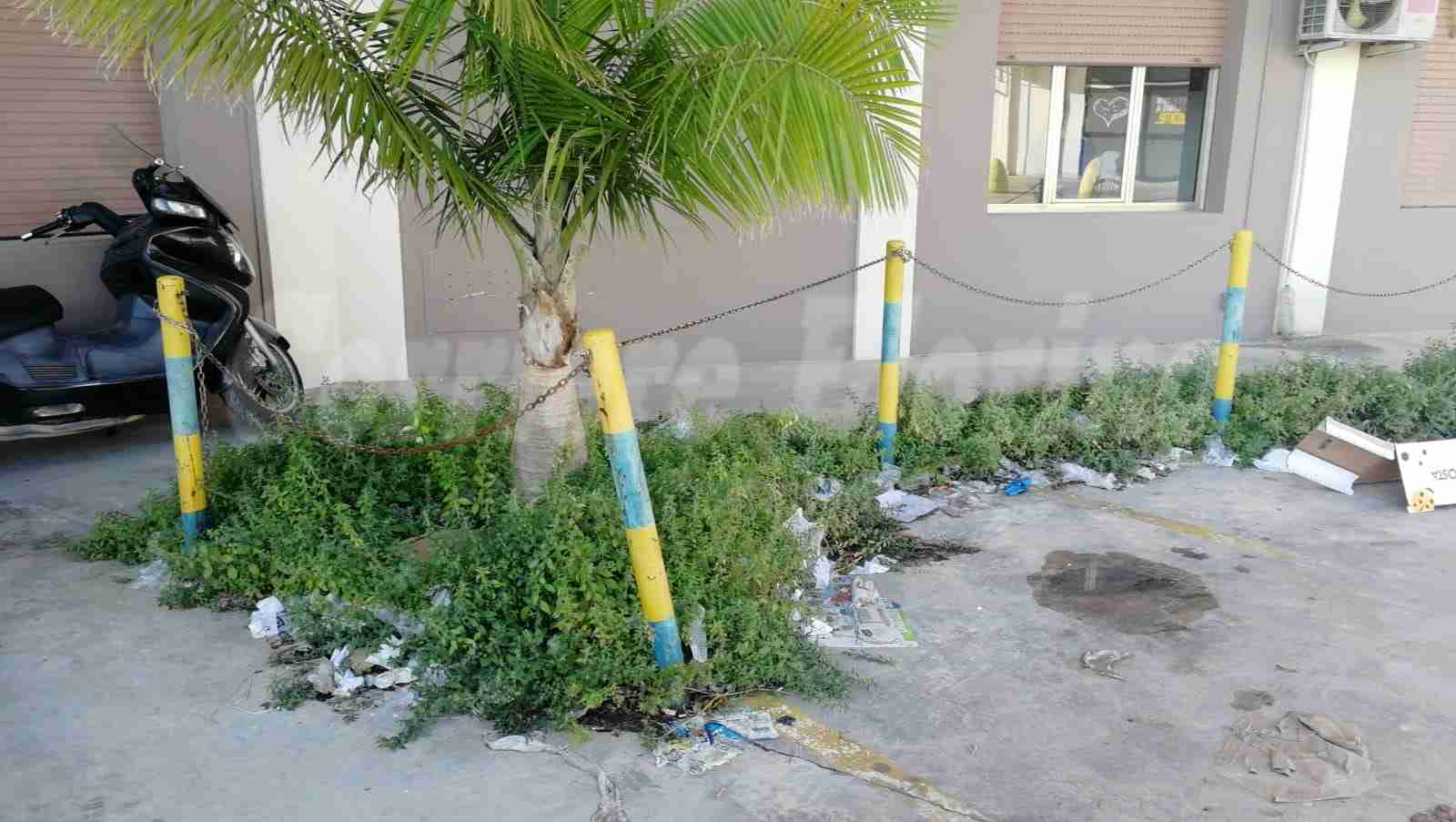 Erbacce e rifiuti davanti la sede dell'Azienda Sanitaria di Rosolini