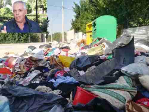 """Persiste la """"piazzola pattumiera"""": indumenti usati, puzza e rifiuti; l'Assessore: """"Domani ripuliamo!"""""""
