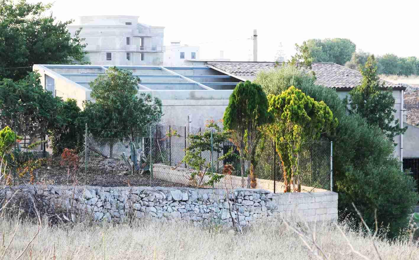 """""""Ormai rubano anche i tetti"""", casa sventrata in Contrada Perpetua"""