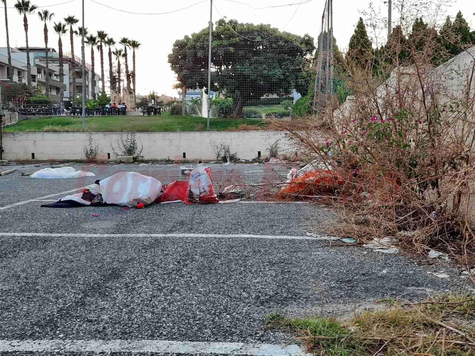 Segnalazione del cittadino – Parcheggio Raciti tra spazzatura ed erba selvaggia