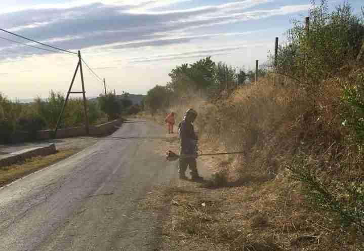 Noto – Avviati i lavori di pulizia dei bordi della carreggiata sulla Noto-Testa dell'Acqua