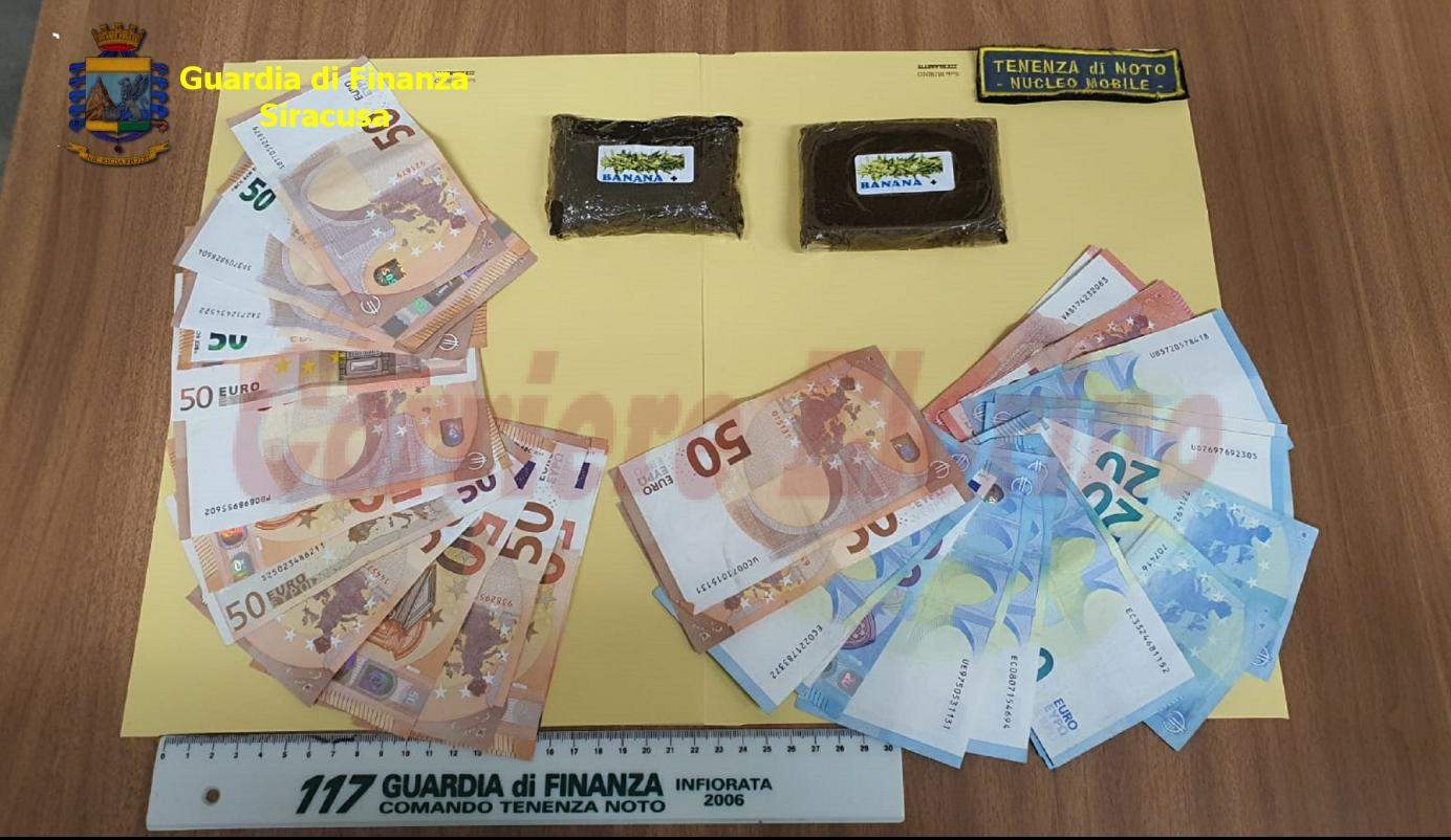 Trovato con 2 panetti di hashish e con oltre 1000 euro in contanti: arrestato dalla Guardia di Finanza