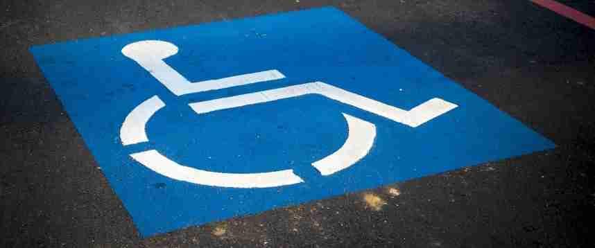 Invalida al 100% paga per avere il parcheggio disabili davanti casa, ma il Comune non interviene