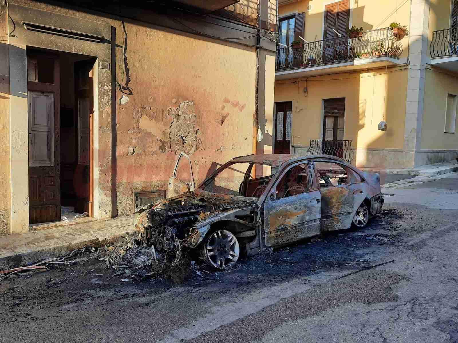 Altra auto in fiamme a Rosolini nella notte, distrutta una Mercedes 280E