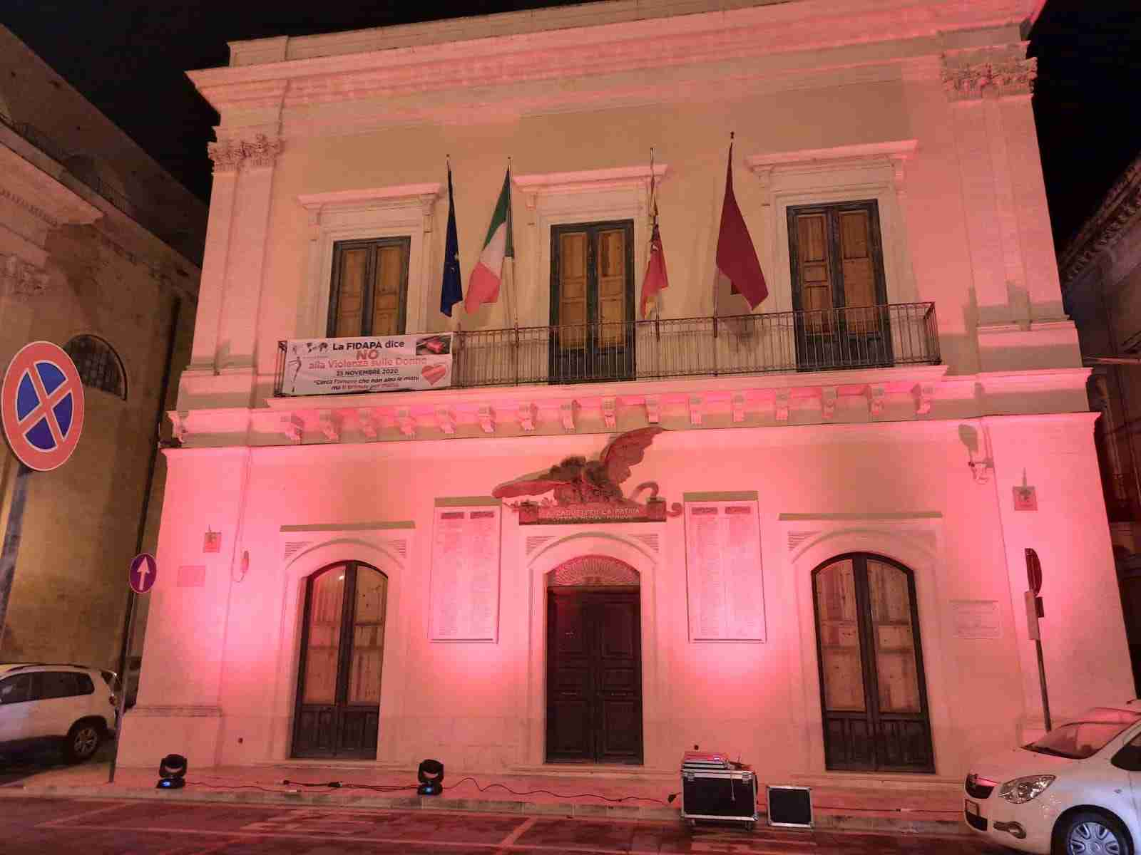 """Il Palazzo Comunale si illumina di rosso contro la violenza di genere: """"Le istituzioni ci sono"""""""