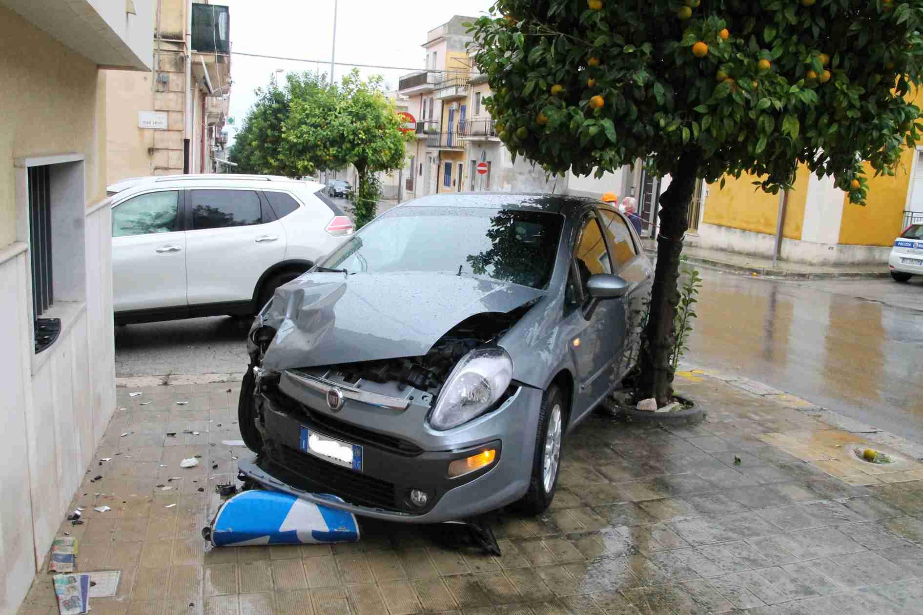"""Non si ferma al segnale di """"Stop"""", incidente tra due auto in via Manzoni/Cesare Battisti"""