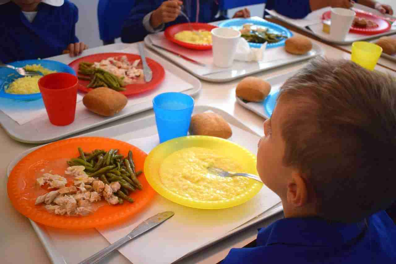 Domani riprende la scuola e si avvia il servizio di mensa scolastica: ticket ridotto a 4€ (3,84+iva)
