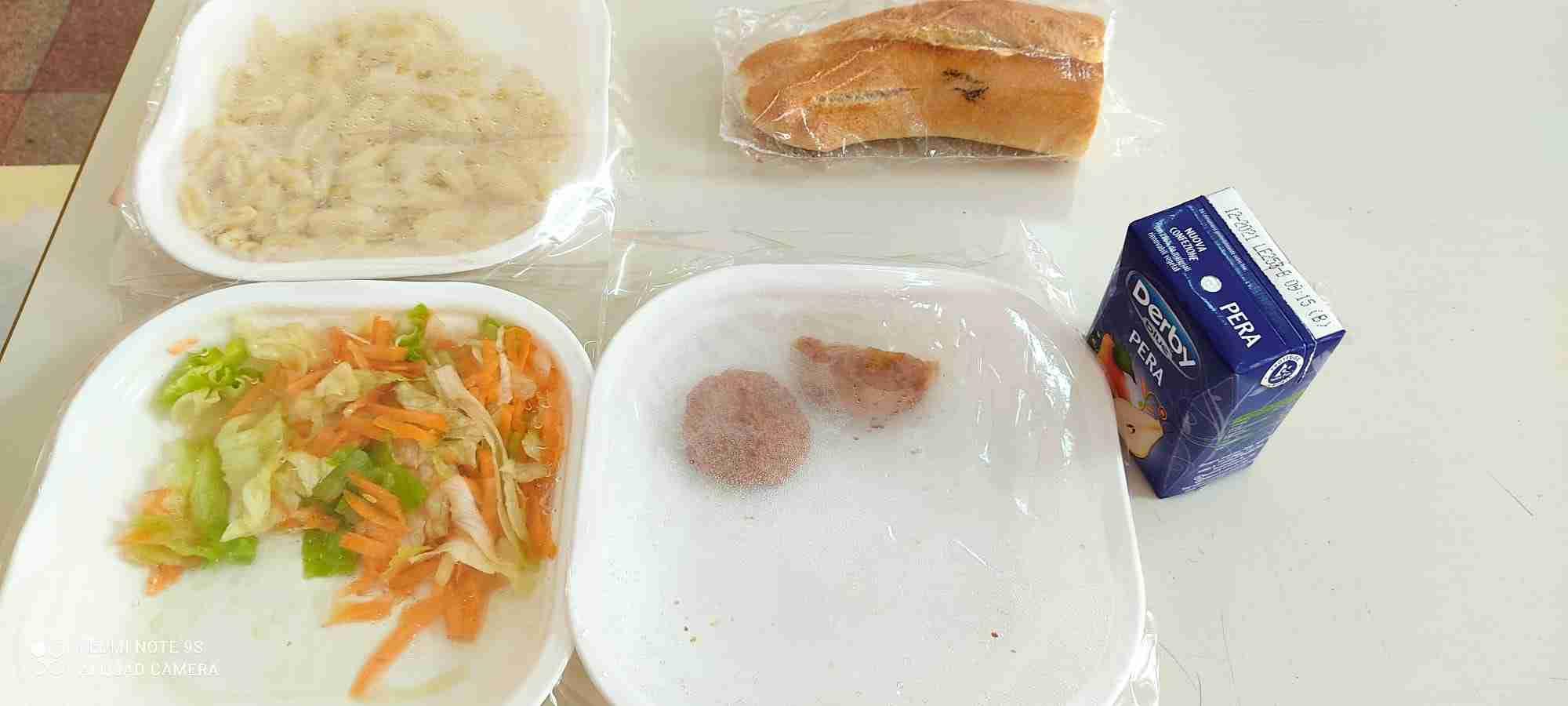 """Mensa scolastica, avvio tra le polemiche. I genitori: """"Questo è un pasto da 4 euro?"""""""