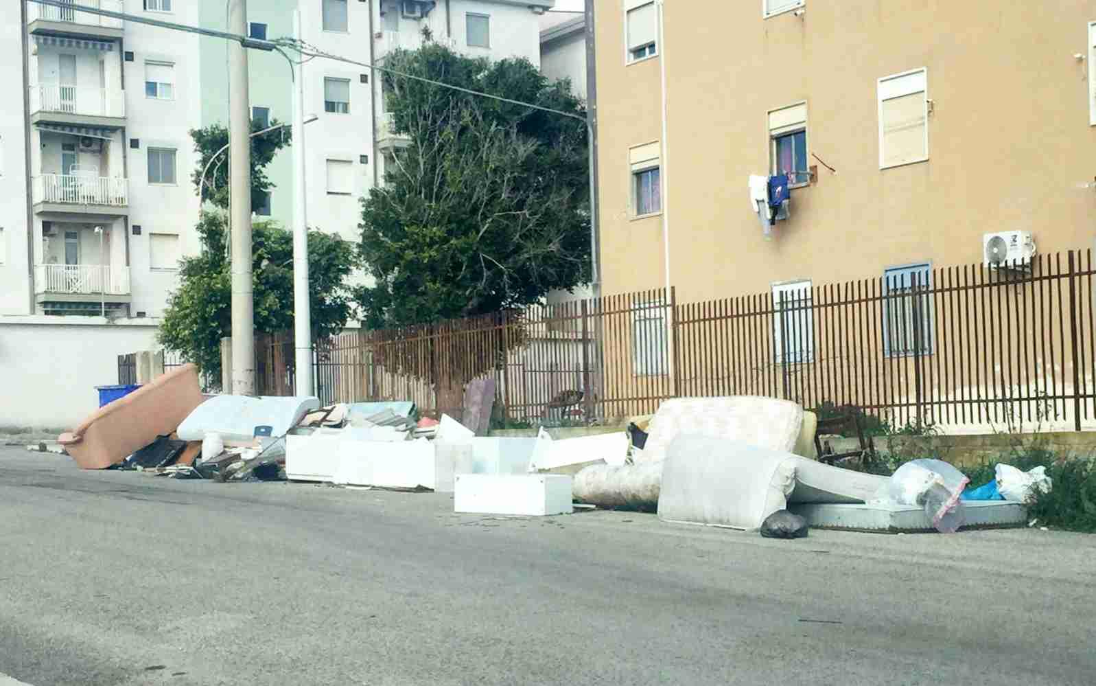 """Case popolari in mezzo ai rifiuti, Sinistra Italiana: """"Spettacolo indecoroso"""""""