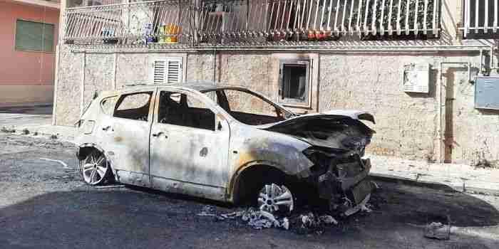 Altra notte di fuoco a Rosolini, in fiamme una Nissan Qashqai