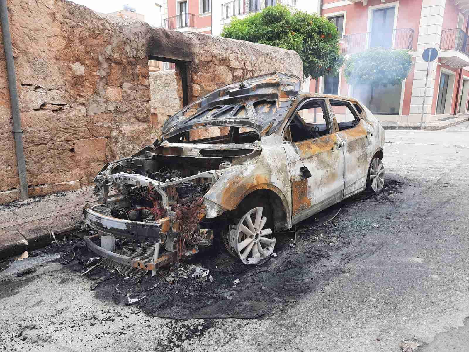 Rosolini, quarta auto distrutta dalle fiamme in piena notte